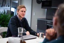 Dan Vegar Sletten Digital Assist Sittende med Kaffe